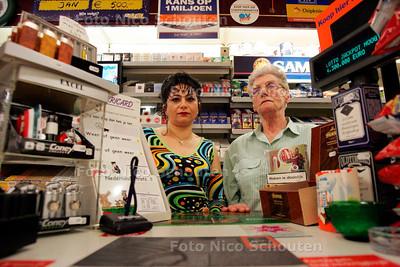 AD/HC - SUZAN MARTIJN (L) EN SCHOONMOEDER IN TABAK KORLVINKE - Zijn al zes keer overvallen - DEN HAAG 3 SEPTEMBER 2005 - FOTO NICO SCHOUTEN