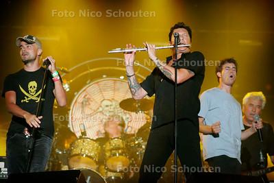 AD - BEATSTAD DEN HAAG - Slot optreden van Golden Earring en Dinand Woesthoff van Kane (l) en Tim Akkerman van Di-rect (r) - DEN HAAG 3 SEPTEMBER 2005 - FOTO NICO SCHOUTEN