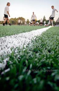 AD/HC - TONEGIDO TRAINT OP KUNSTGRAS - VOORBURG 8 SEPTEMBER 2005 - FOTO NICO SCHOUTEN
