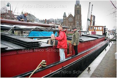 AD/HC - de boot De Knapzak vaart de route 'Rembrandt over De Vliet - LEIDSCHENDAM 8 APRIL 2006 - FOTO NICO SCHOUTEN