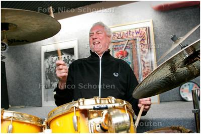 AD/RD - CESAR ZUIDERWIJK - Thuis in zijn oefenkelder - DEN HAAG 20 APRIL 2006 - FOTO NICO SCHOUTEN