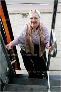 AD/HC - mevrouw Mos uit het Uiterjoon in klederdracht gratis met de tram - SCHEVENINGEN 7 APRIL 2006 - FOTO NICO SCHOUTEN