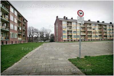 AD/HC - grote binnentuin in de Kleuren en Artiestenbuurt in Rijswijk wordt opgeknapt. In het gebied van de Terracottastraat, Regenbooglaan, Hoogkamerlaan met de Vermiljoenlaan komen speeltoestellen als een hobbeleend en duikelrek. Graag foto van huidige situatie - RIJSWIJK 3 MAART 2006 - FOTO NICO SCHOUTEN