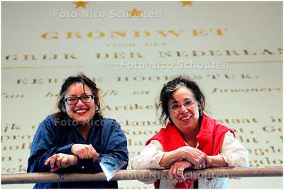 AD/HC - KUNSTENAARS SCHILDEREN GRONDWET IN RIDDERZAAL - Liesbeth Stinissen (l) en Marije - DEN HAAG 20 APRIL 2006 - FOTO NICO SCHOUTEN