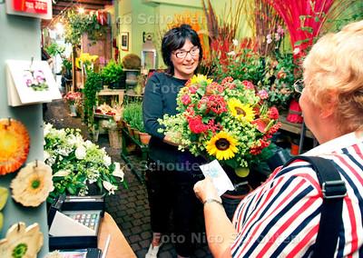 AD/HC -  BLOEMBOETIEK TON HOFMAN, op de foto mevrouw Hofman - DEN HAAG 16 AUGUSTUS 2006 - FOTO NCIO SCHOUTEN