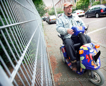 AD/HC - kunstenaar Ymir Flink in zijn scootmobiel - DEN HAAG 7 AUGUSTUS 2006 - FOTO NICO SCHOUTEN