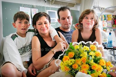 AD/HC - Belgische  Hilde Meessen en kinderen en haar redder Joost Rietdijk - RODE KRUISZIEKENHUIS - 15 AUGUSTUS 2006 - FOTO NICO SCHOUTEN