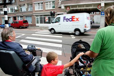 AD/HC - weggebruikers rijden bij de voetgangers-oversteek-plaats in de Jurriaan Kokstraat thv de Marcelisstraat door rood - DEN HAAG 17 AUGUSTUS 2006 - FOTO NICO SCHOUTEN