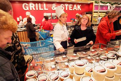 AD/HC - AH XL, ELANDSTRAAT - personeel in kokskostuum helpt de klanten op de vleesafdeling - DEN HAAG 9 DECEMBER 2006 - FOTO NICO SCHOUTEN