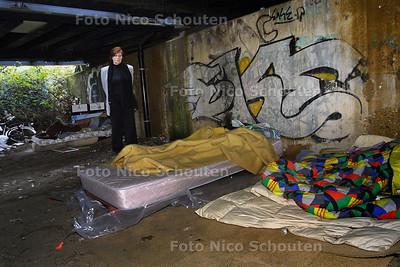 HC - MEVROUW DIE ZORGT VOOR DAKLOZEN LAAT SLAAPPLAATSEN ZIEN ONDER SPOORBRUG - DEN HAAG 26 DECEMBER 2003 - FOTO: NICO SCHOUTEN