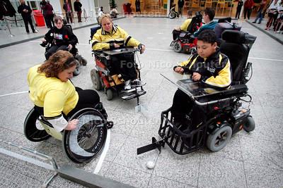 AD/HC - PRESENTATIE ZELFSLAANDE HOCKEYSTICK -  Gehandicapten spelen rolstoelhockey in het Atrium van het Stadhuis - DEN HAAG 3 DECEMBER 2006 - FOTO NICO SCHOUTEN