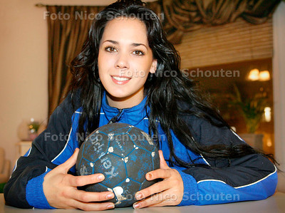 AD/HC - Wings-handbalster Dewi van 't Oostende - DEN HAAG 6 DECEMBER 2006 - FOTO NICO SCHOUTEN