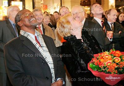 AD/HC - minister Van Ardenne onthult plaquette voor de democratie - Na de onthulling bekijken van min Ardenne (r) en de Keniaanse minister van lokaal bestuur Musikari Kombo omhoog, naar het net onthulde plaquette - DEN HAAG 4 DECEMBER 2006 - FOTO NICO SCHOUTEN