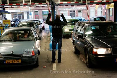 AD/HC - AH XL, ELANDSTRAAT - De winkel heeft een aanzuigende werking voor autoverkeer. De parkeerplaats kan het al snel niet meer aan en daardoor ontstaan er opstoppingen op de Elandstraat. Een winkelbediende regelt het inkomende verkeer.  - DEN HAAG 9 DECEMBER 2006 - FOTO NICO SCHOUTEN