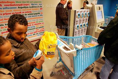 AD/HC - AH XL, ELANDSTRAAT - Zelfscannen is niet voor kinderen. Ze scannen de producten meermalen in en bij de betaalzuil kunnen ze niet afrekenen omdat ze geen betaalpasje hebben - DEN HAAG 9 DECEMBER 2006 - FOTO NICO SCHOUTEN