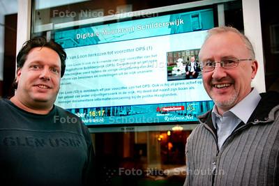 AD/HC - DIGITALE MUURKRANT SCHILDERSWIJK - projectleider digitale muurkrant Gerard van den IJssel  (l) en van Henk van Loon (r) - DEN HAAG 6 DECEMBER 2006 - FOTO NICO SCHOUTEN