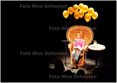 """AD/HC - NATIONALE VOORLEESWEDSTRIJD, PLAATSELIJKE RONDE - Emma Scheuer van Piux X leest voor uit """"groep 7 slaat terug"""" van Jacques Vriens - VOORBURG 8 FEBRUARI 2006 - FOTO NICO SCHOUTEN"""