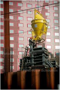 BETON VOOR STRIJKIJZER - De kolommen die straks de hoogbouw op het Rijswijkseplein moeten ondersteunen worden gegoten - DEN HAAG 1 FEBRUARI 2006 - FOTO NICO SCHOUTEN