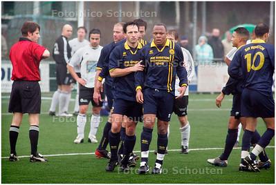 AD/HC - TONEGIDO tegen HAAGLANDIA - Haaglandia krijgt rood - VOORBURG 5 FEBRUARI 2006 - FOTO NICO SCHOUTEN