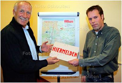 AD/HC - overdracht/afscheid Wim Verhoorn aan nieuwe racedirector CPC loop - Wim Verhoorn overhandigt het eerste, met de hand geschilderde, aanmeldbordje- DEN HAAG 8 FEBRUARI 2006 - FOTO NICO SCHOUTEN