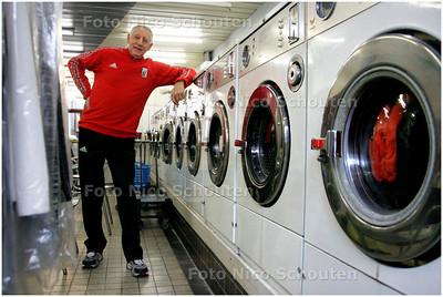 AD/HC - VADER BART VELDKAMP - In zijn wasserij - DEN HAAG 1 FEBRUARI 2006 - FOTO NICO SCHOUTEN