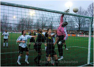 AD/HC - TONEGIDO tegen HAAGLANDIA - Keeper Haaglandia tikt corner over in laatste minuut - VOORBURG 5 FEBRUARI 2006 - FOTO NICO SCHOUTEN