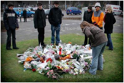 AD/HC - BLOEMEN VOOR OVEREDEN MEISJE, ANIEK, RODELAAN/BEATRIXLAAN - VOORBURG/LEIDSCHENDAM 6 FEBRUARI 2006 - FOTO NICO SCHOUTEN