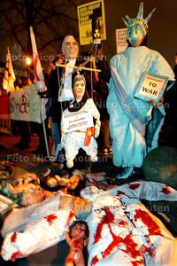 AD/HC - DEMONSTRATIE TEGEN TROEPEN IN AFGHANISTAN, PLEIN - DEN HAAG 2 FEBRUARI 2006 - FOTO NICO  SCHOUTEN