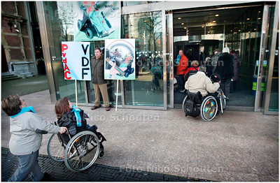 AD/HC - GEHANDICAPTEN DEMONSTREREN BIJ TWEEDE KAMER - De demonstranten mogen het gebouw binnen - DEN HAAG 23 JANUARI 2006 - FOTO NICO SCHOUTEN
