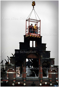 AD/HC - BASISSCHOOL DE WERELDWIJZER 1 DAG NA DE BRAND - Eerst worden de instabiele muurdelen naar beneden geduwd - DEN HAAG 17 JANUARI 2006 - FOTO NICO SCHOUTEN