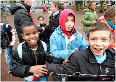 AD/HC - 1E SCHOOLDAG NA BRAND DE WERELDWIJZER - De kinderen lopen onder begeleiding naar het Koningsplein, daar vandaan moeten zij verder zelf naar huis lopen of worden zij door hun ouders opgehaald. - DEN HAAG 19 JANUARI 2006 - FOTO NICO SCHOUTEN