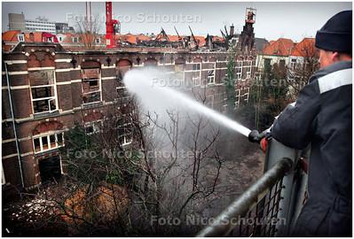 AD/HC - BASISSCHOOL DE WERELDWIJZER 1 DAG NA DE BRAND - De speelplaats op het binnenterrein is door het vele bluswater veranderd in een grote vijver. Er wordt nog steeds nageblust, want een dagna de brand smeult het nog. - DEN HAAG 17 JANUARI 2006 - FOTO NICO SCHOUTEN