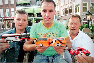 AD/RD- ex-spartaan Ricky v.d. Berg  met zijn nieuwe zakenpartners - DEN HAAG 13 JULI 2006 - FOTO NICO SCHOUTEN
