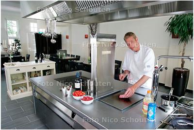 AD/HC - eigenaar Ed Steinvoort van 10Spices bij het Franse fornuis in zijn kookstudio - ZOETERMEER 12 JULI 2006 - FOTO NICO SCHOUTEN