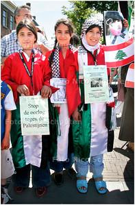 GPD - DEMONSTRATIE TEGEN GEWELD ISRAEL - Niet bij de Israelische ambassade maar bij de ingang van het Binnenhof aan het Buitenhof mocht de Palestijnse Gemeenschap Nederland, in samenwerking met het Nederlands Palestina Komitee een demonstratie houden - DEN HAAG 15 JULI 2006 - FOTO NICO SCHOUTEN