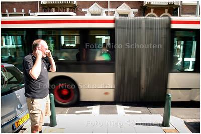 AD/HC - bewegende verkeersdrempel met bus (14) erop en boze bewoner erbij, kanaalweg - SCHEVENINGEN 12 JULI 2006 - FOTO NICO SCHOUTEN