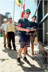 AD/HC - bouwplaats voor jongeren - Weth Norder kijkt hoe leerling Fikri een raampaneel vast gaat zetten - DEN HAAG 3 JULI 2006 - FOTO NICO SCHOUTEN