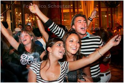 AD/HC - VREUGDE BIJ DE ITALIANEN NA WK WINST IN cafe Wapen van Den Haag - DEN HAAG 9 JULI 2006 - FOTO NICO SCHOUTEN