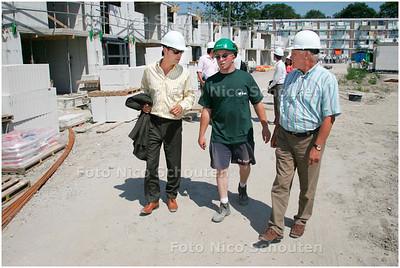 AD/HC - bouwplaats voor jongeren - Weth Norder wandelt met leerling Fikri over de bouwplaats - DEN HAAG 3 JULI 2006 - FOTO NICO SCHOUTEN