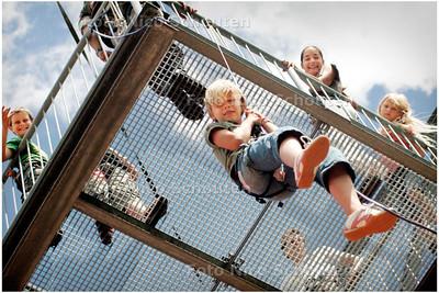 """AD/HC - Ayers Rock (klimwand) houdt themadag 'wat wil ik later worden' - Kinderen doen de zogenaamde """"aberigenol afdaling"""" - ZOETERMEER 10 JULI 2006 - FOTO NICO SCHOUTEN"""