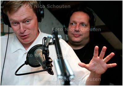 AD/HC - Bruno Bruins is gast dj bij Den Haag FM. Hij presenteert een programma vanuit Studio Haagse Bluf. Gerard van den IJssel regiseert het programma - DEN HAAG 11 JULI 2006 - FOTO NICO SCHOUTEN