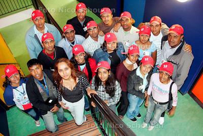 AD/HC - Surinaamse studenten van de Anton de Kom Universiteit in Paramaribo op bezoek in de Haagse Shri Vishnu Hindoebasisschool - DEN HAAG 26 JUNI 2006 - FOTO NICO SCHOUTEN