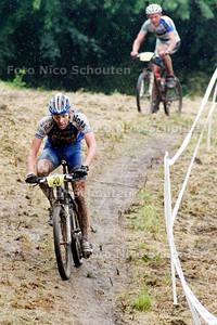 AD/HC - nationale mountainbikewedstrijd, de winnaar bezig met de laatste ronde op een glibberige afdaling, Elsenburgerbos - RIJSWIJK 25 JUNI 2006 - FOTO NICO SCHOUTEN