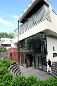 AD/HC - architect erik vredenburg bij door hem ontworpen villa op de hoek Ruychrocklaan/Van Mojalenlaan (Benoordenhout) - DEN HAAG 22 JULI 2006 - FOTO NICO SCHOUTEN