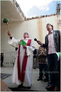 AD/HC - INZEGENING TUNNELBOOR HUBERTUSTUNNEL - pastoor Kurvers besprenkelt de tunnelboor - DEN HAAG 27 JUNI 2006 - FOTO NICO SCHOUTEN
