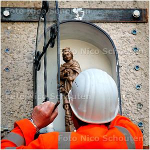AD/HC - INZEGENING TUNNELBOOR HUBERTUSTUNNEL - Het beeldje van de heilige Barbara wordt bij de tunnelingang geplaatst - DEN HAAG 27 JUNI 2006 - FOTO NICO SCHOUTEN