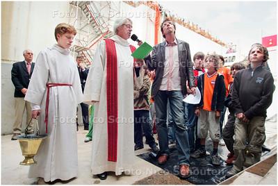 AD/HC - INZEGENING TUNNELBOOR HUBERTUSTUNNEL - pastoor Kurvers bidt voor de tunnelboor - DEN HAAG 27 JUNI 2006 - FOTO NICO SCHOUTEN