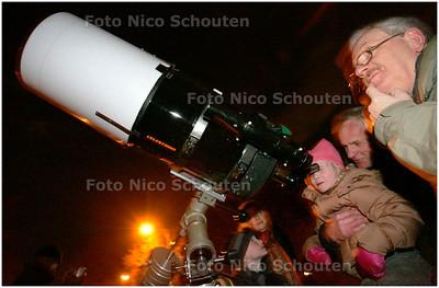 AD/HC - STERRENKIJKDAG - de Nederlandse Vereniging voor Weer- en Sterrenkunde, afdeling Den Haag heeft op de Nieuwe Duinweg telescopen opgesteld i.v.m. de Landelijke Sterrenkijkdagen - DEN HAAG 3 MAART 2006 - FOTO NICO SCHOUTEN