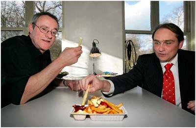 AD/HC - PATATJE OORLOG - Kunstenaar Ronald Wouters (l) en VVDer Arthur Sterk - RIJSWIJK 2 MAART 2006 - FOTO NICO SCHOUTEN