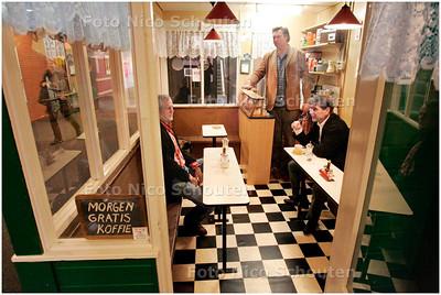 AD/HC - De befaamde koffietent De Ooievaar heeft een nieuw plekje gekregen bij Hoge School InHolland. Sjaak Bral, Frans de Leef en Bart Voskuil zijn er - DEN HAAG 8 MAART 2006 - FOTO NICO SCHOUTEN